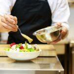 Kok maakt een salade klaar