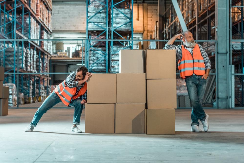 twee mensen half aan het werk in de logistiek