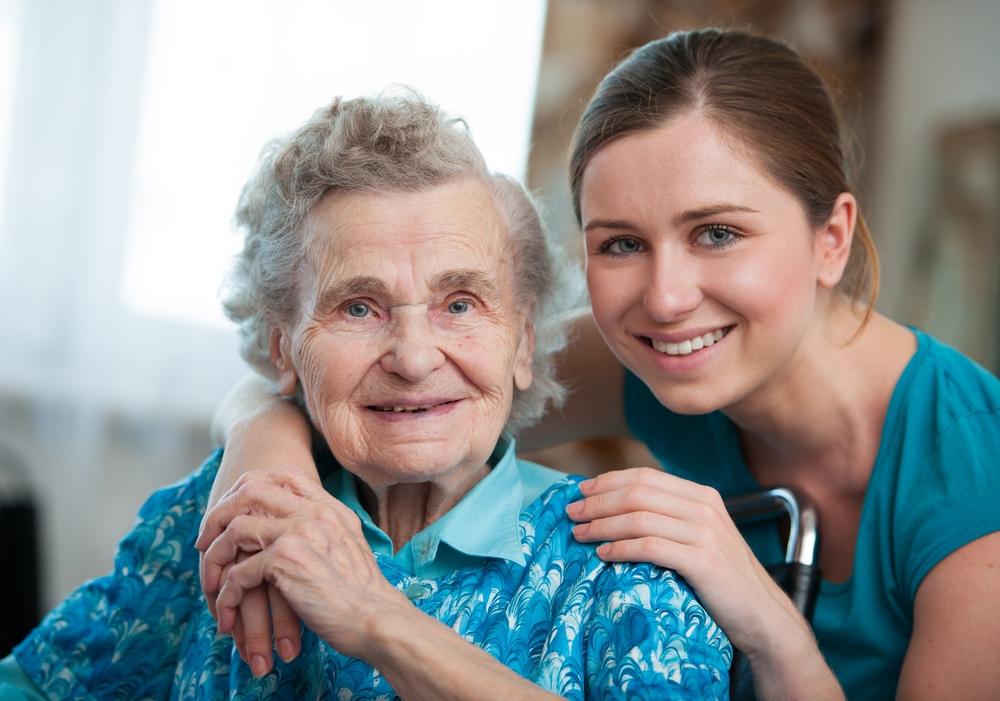Oudere vrouw met een jongeren die helpt in de thuiszorg