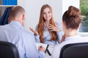 Sollicitant in gesprek tijdens haar sollicitantiegesprek