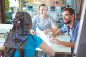 Het sollicitatiegesprek kan met meerdere personen plaatsvinden kunnen ook hele leuke contactmomenten zijn.