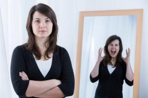 Vrouw oefent een sollicitatiegesprek voor de spiegel