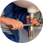 Loodgieter aan afvoer aan het werk