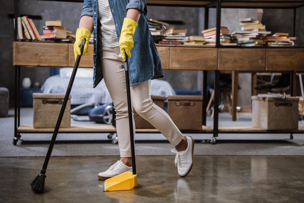 Huishoudelijke hulp aan het vegen