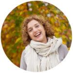 positieve instelling, een vrouw lacht en is buiten