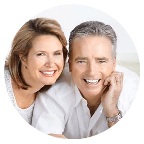 Twee vrolijke vijftigers samen aan het lachen als koppel