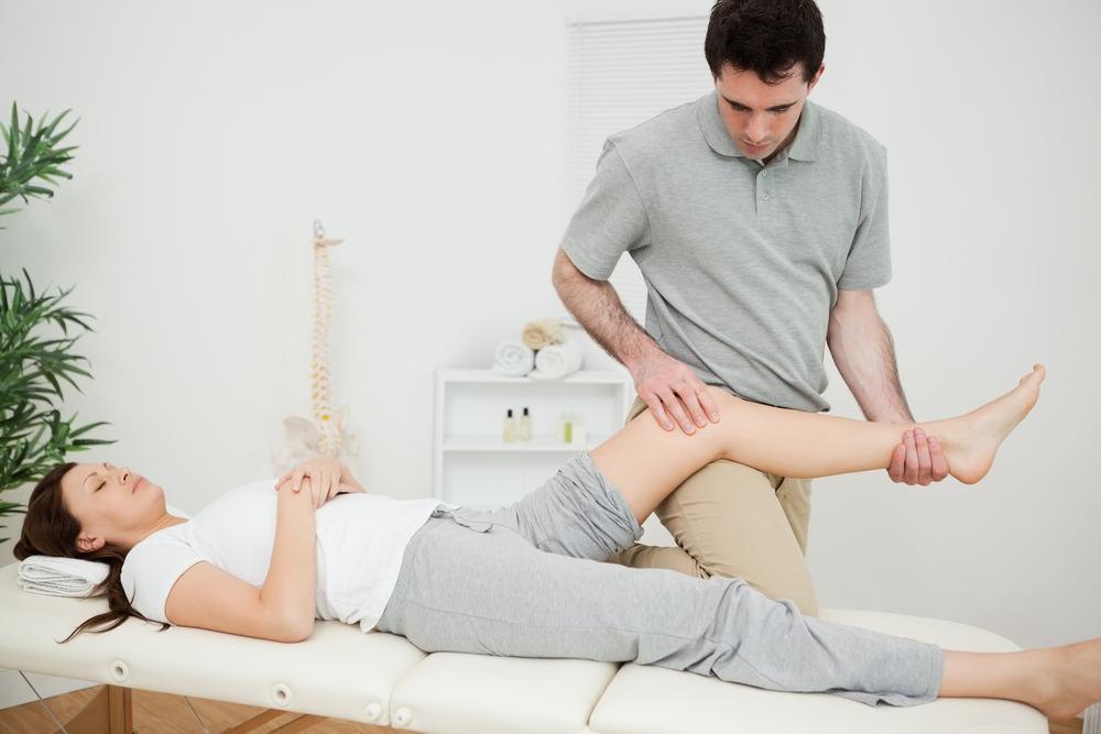 Fysiotherapeut behandeld een vrouwlijk been
