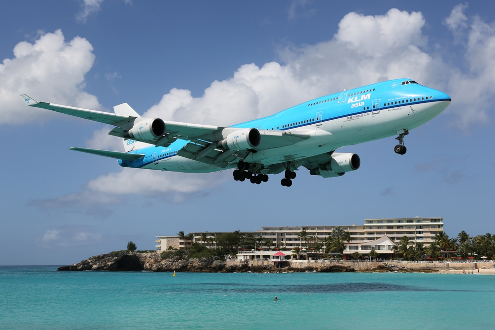 KLM Royal Dutch Airlines Boeing 747-400 landing at St. Martin vliegt boven en over het strand