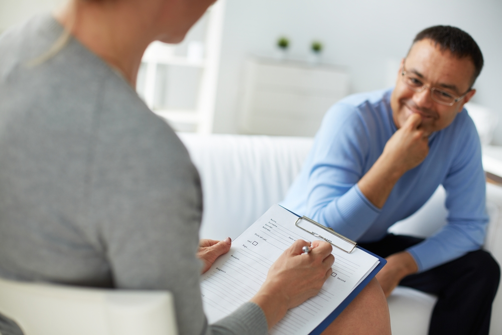 Vrouwlijke gz-psycholoog houdt praktijk met een cliënt