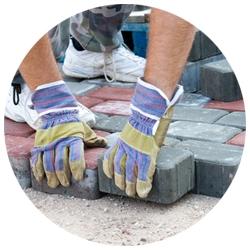 Stratenmaker die een straat aan het leggen is met stenen