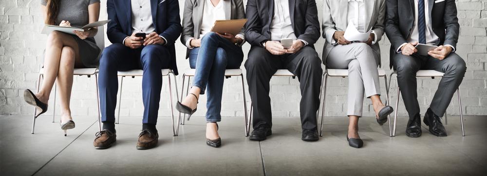 sollicitanten wachtend op een sollicitatiegesprek
